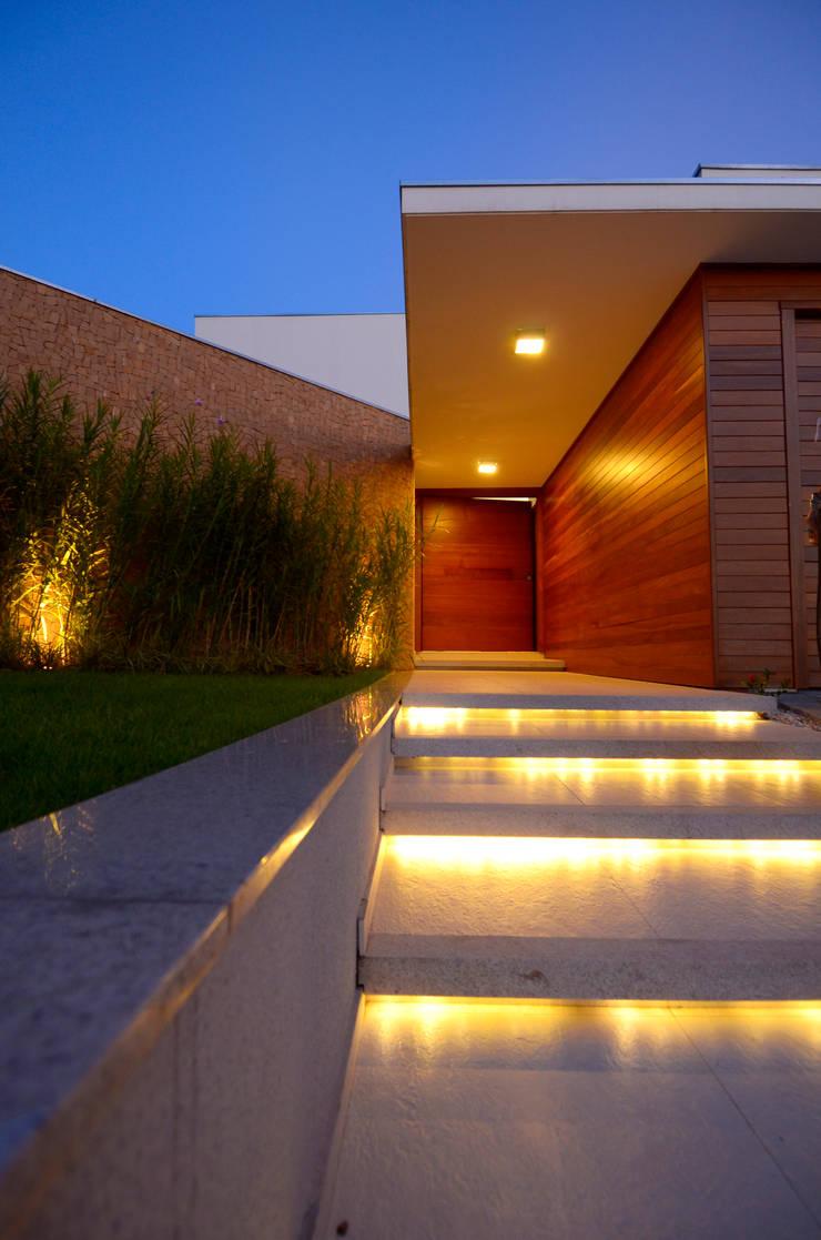 Entrada principal da Residência: Casas  por Cabral Arquitetura Ltda.