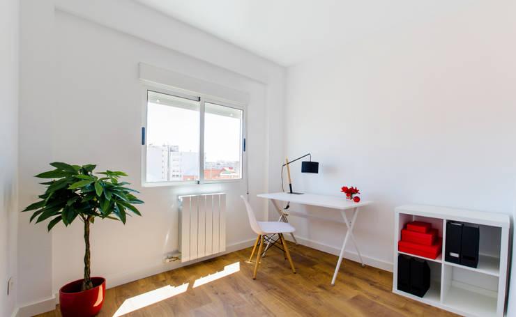 Dormitorio y despacho: Estudios y despachos de estilo escandinavo de Noelia Villalba