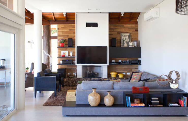 Projeto Atibaia - SP: Salas de estar  por Samy & Ricky Arquitetura