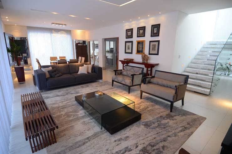 غرفة المعيشة تنفيذ Cabral Arquitetura Ltda.
