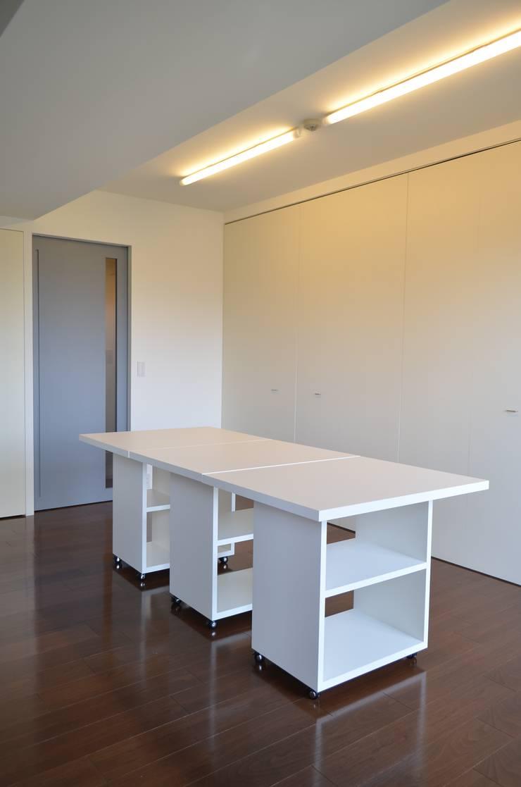 アトリエ モダンデザインの 多目的室 の Unico design一級建築士事務所 モダン