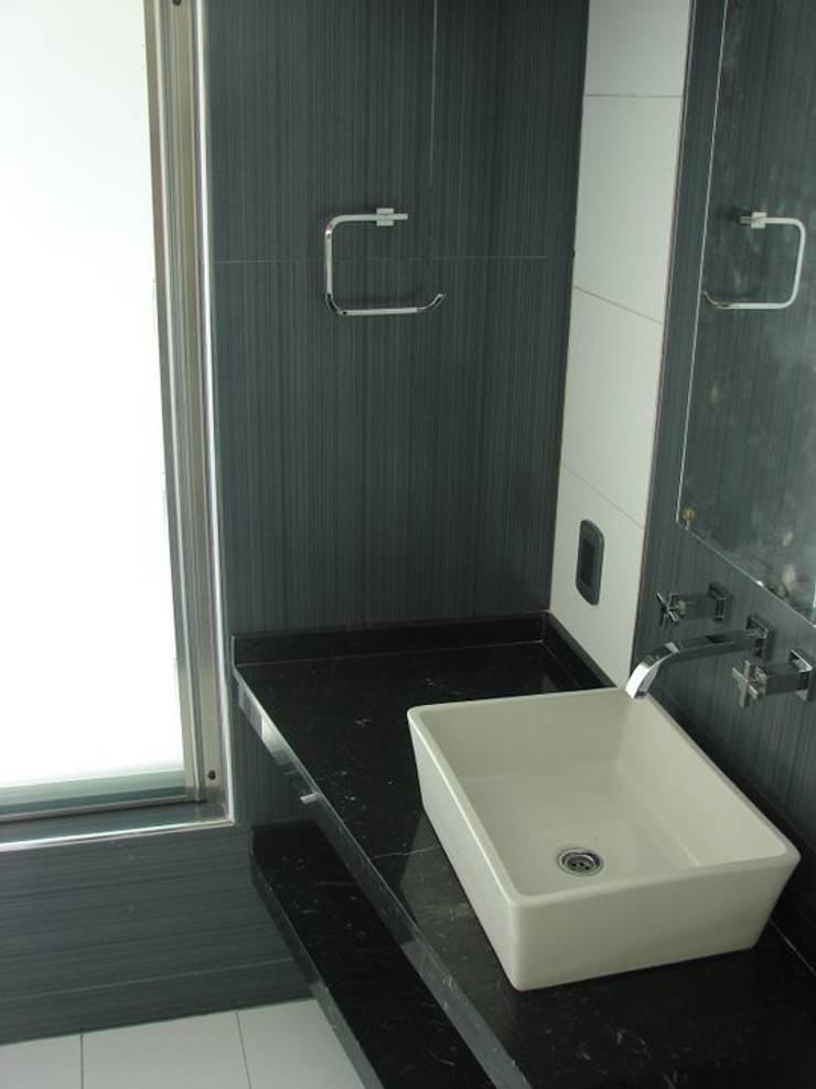 Salle de bains de style  par CubiK, Moderne Céramique
