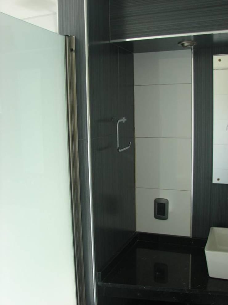 Salle de bains de style  par CubiK, Moderne Verre