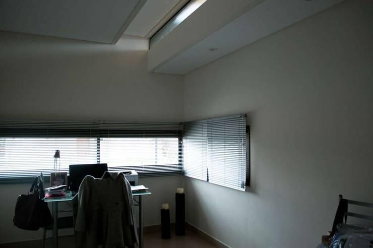Casa Boedo: Estudios y oficinas de estilo  por Bonomo&Crespo Arquitectura,