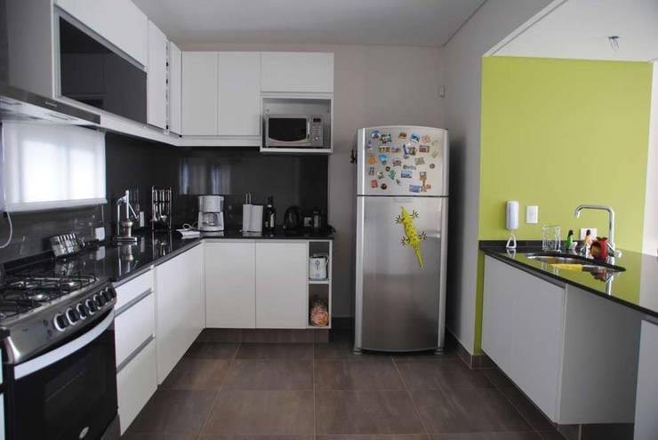 Casa Boedo: Cocinas de estilo  por Bonomo&Crespo Arquitectura
