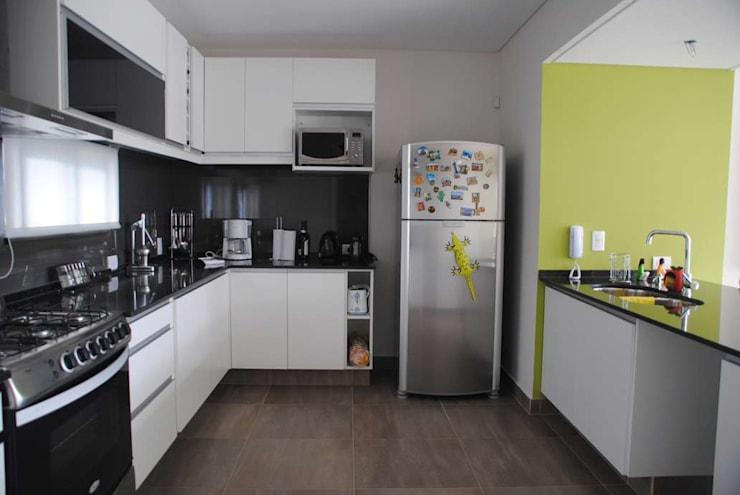Casa Boedo: Cocinas de estilo ecléctico por Bonomo&Crespo Arquitectura