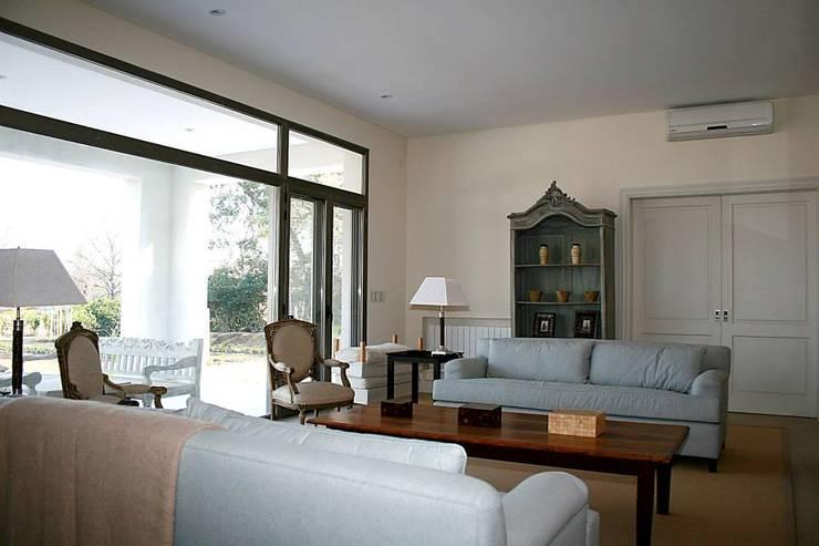Casa Byrnes: Livings de estilo  por Aulet & Yaregui Arquitectos