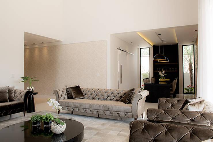 Casa Térrea - contemporânea: Salas de estar  por Camila Castilho - Arquitetura e Interiores