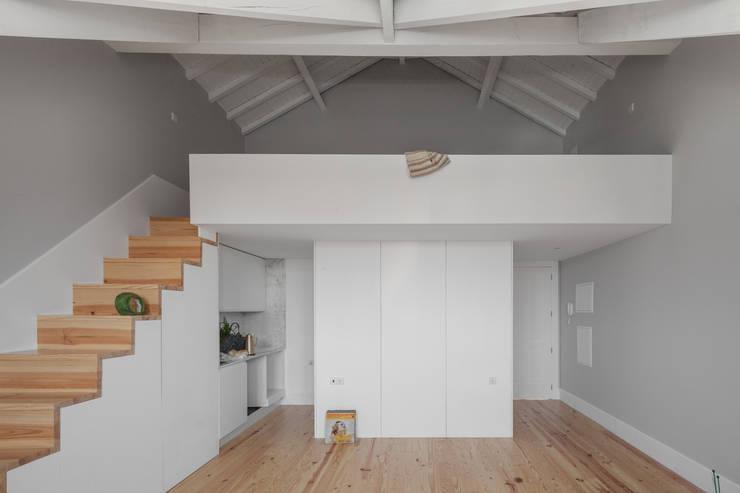 Santa Teresa: Salas de estar  por Pedro Ferreira Architecture Studio Lda