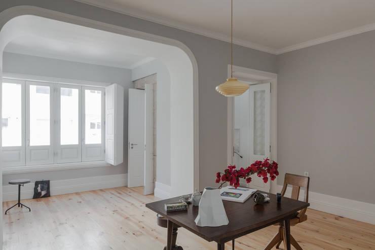 Santa Teresa: Salas de jantar ecléticas por Pedro Ferreira Architecture Studio Lda
