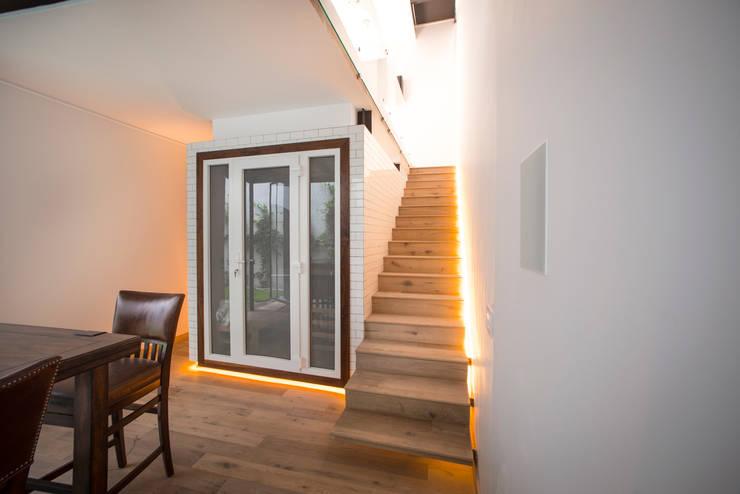 CASA EN HIPÓDROMO CONDESA: Pasillos y recibidores de estilo  por TW/A Architectural Group