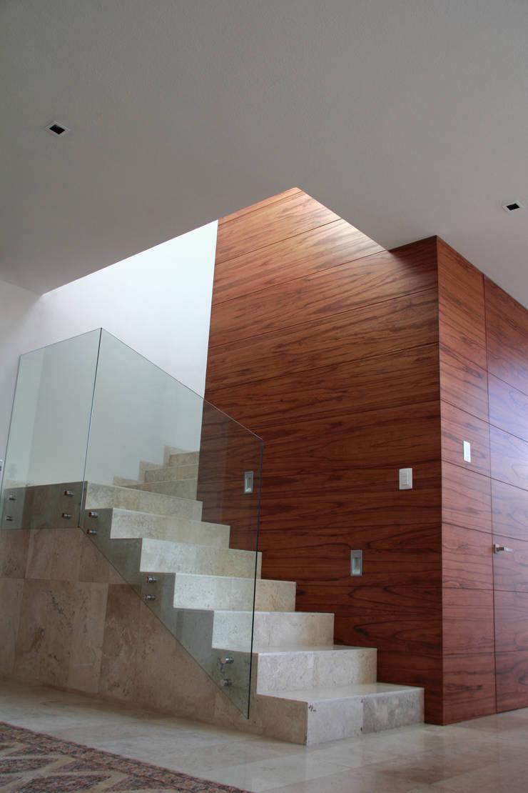 PRIVADA MIRAMAR: Pasillos y recibidores de estilo  por GRUPO VOLTA