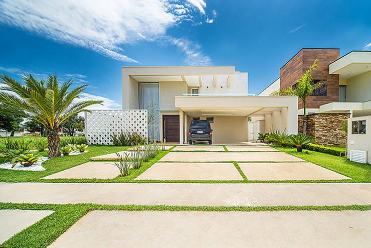 Sobrado Moderno: Casas  por Camila Castilho - Arquitetura e Interiores