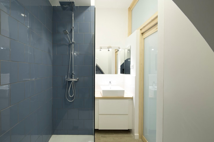 Baño luminoso: Baños de estilo minimalista de MMMU Arquitectura i Disseny