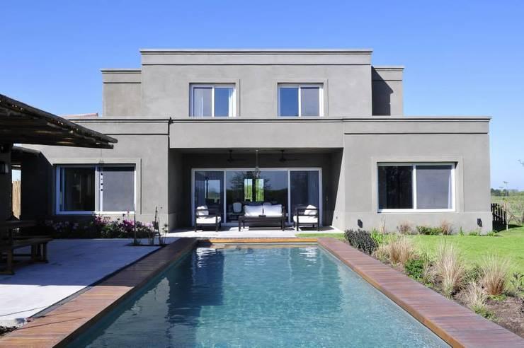 Casa en Pilará: Piletas de estilo  por Aulet & Yaregui Arquitectos,