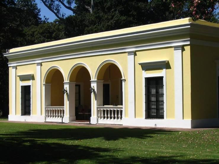 Von Neufforge: Casas de estilo  por Aulet & Yaregui Arquitectos