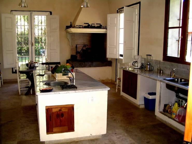 Cozinhas coloniais por Aulet & Yaregui Arquitectos
