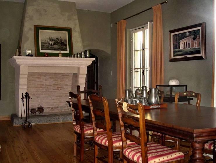 Salas de jantar coloniais por Aulet & Yaregui Arquitectos