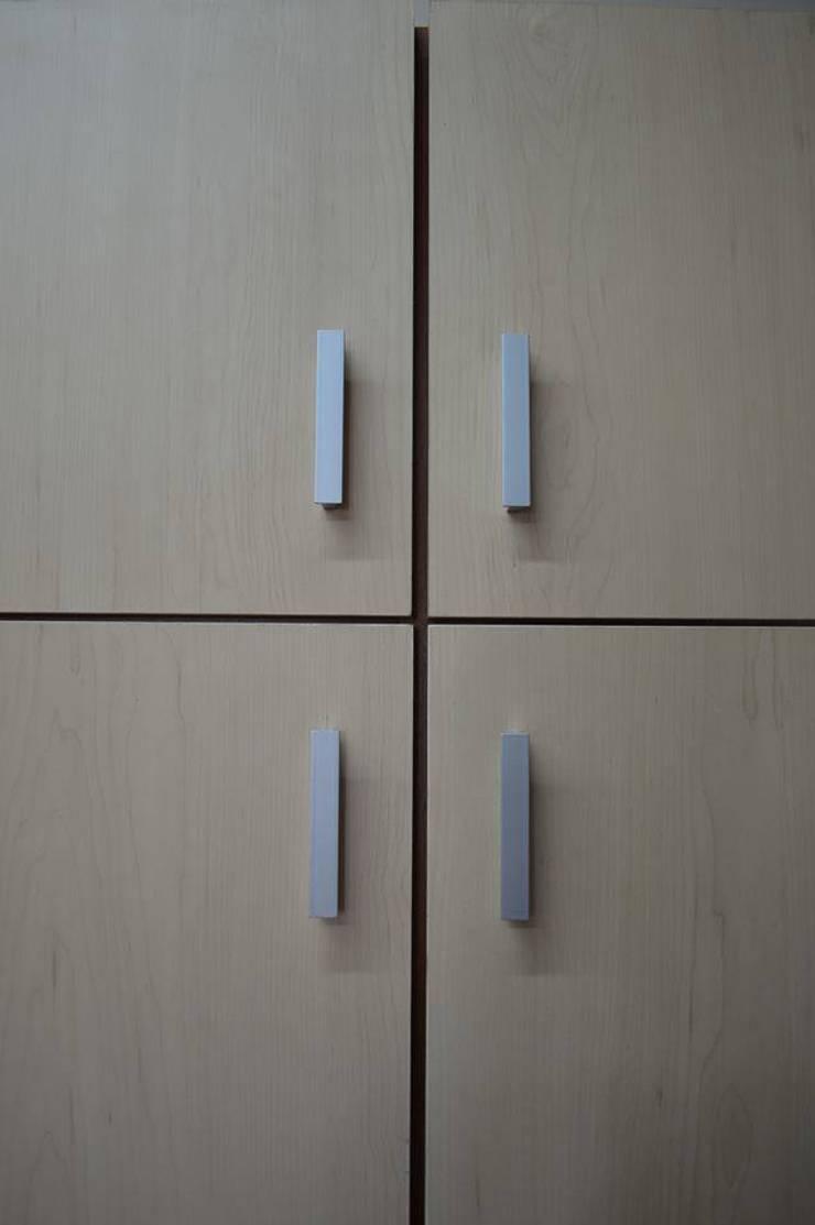 Mueble en colores de Cedro y Maple: Estudio de estilo  por ZT . Diseño de mobiliario