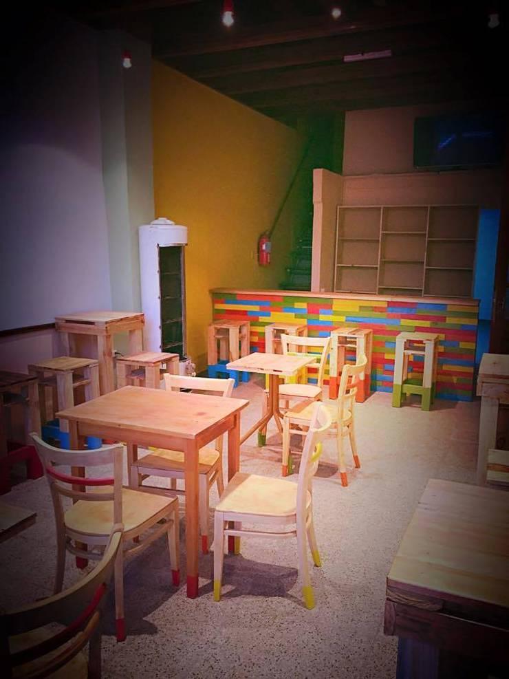 Mobiliario hostel y bar: Hoteles de estilo  por ZT . Diseño de mobiliario