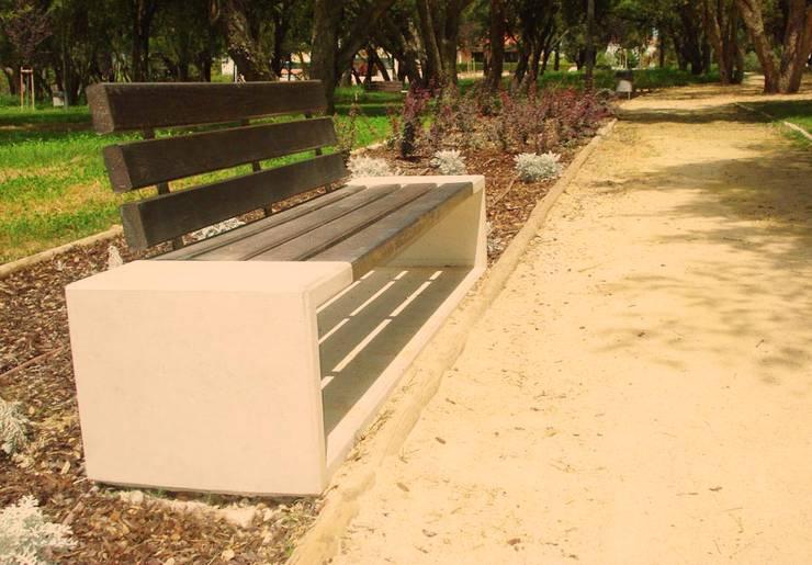 Banco Outline com costas: Jardim  por SIT URBAN
