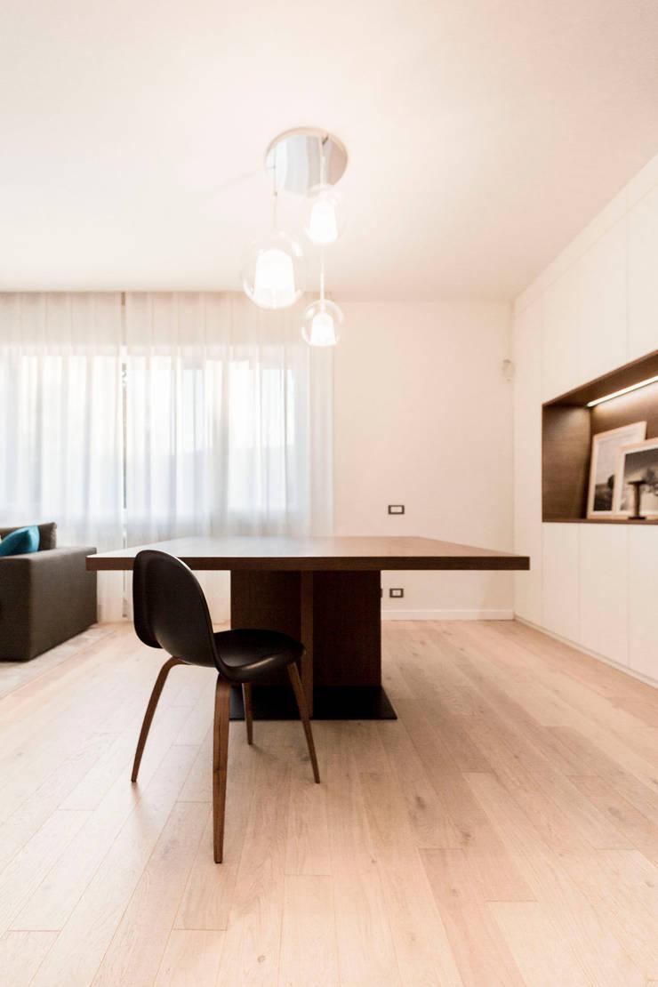 Dining room by Galleria del Vento, Modern