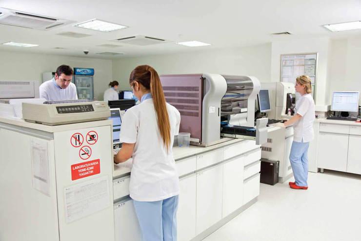 Ekrem Yigit-Işıkizi Görsel iletişim – Medipol Mega Üniversite Hastanesi Laboratuvarları:  tarz Hastaneler