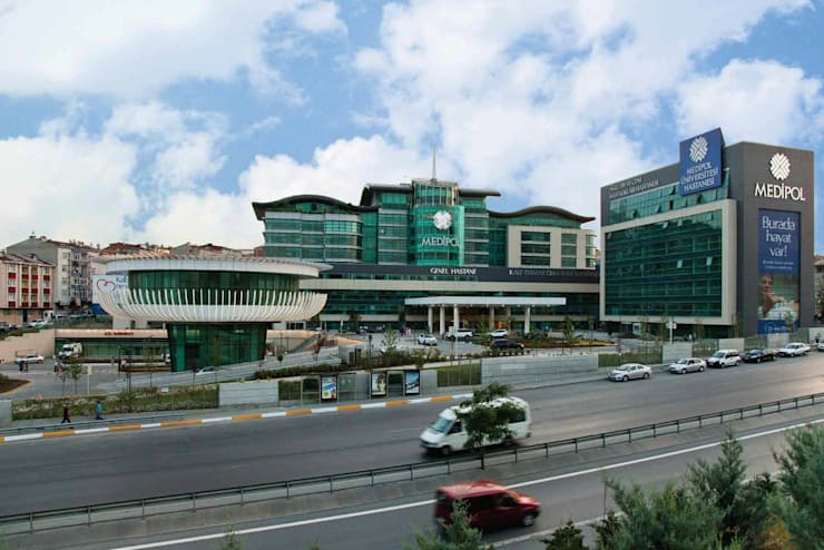 Ekrem Yigit-Işıkizi Görsel iletişim – Medipol Mega Üniversite Hastanesi Dış cephe:  tarz Hastaneler