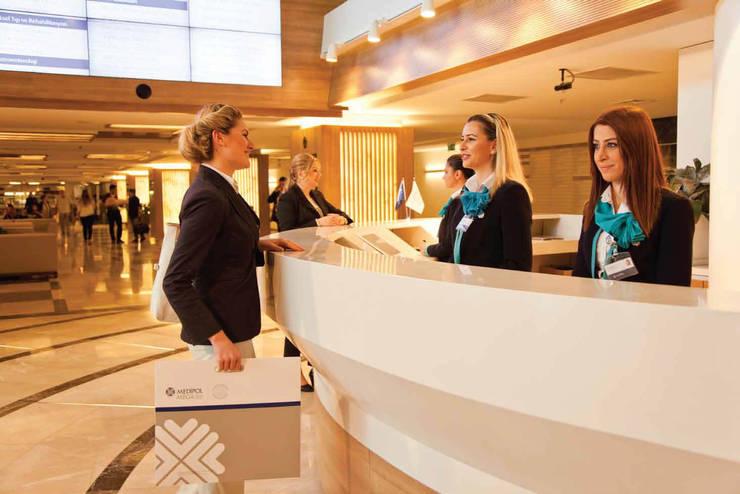 Ekrem Yigit-Işıkizi Görsel iletişim – Medipol Mega Üniversite Hastanesi'nin giriş karşılama bankosu:  tarz Hastaneler