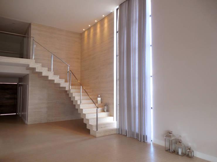 Residência Condomínio Jardins do Lago Corredores, halls e escadas modernos por contato140 Moderno