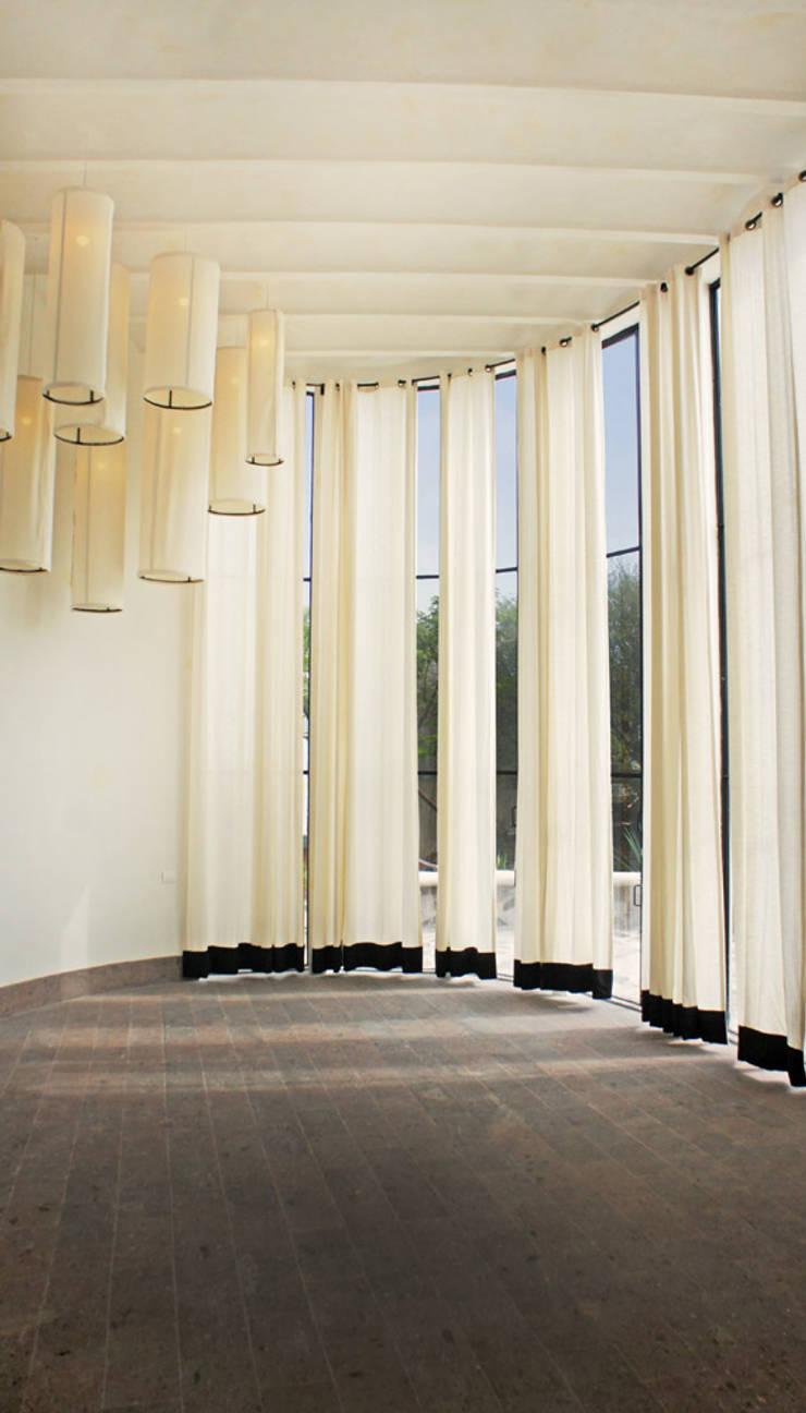 Casa de Piedra:  de estilo  por Juan Carlos Loyo Arquitectura
