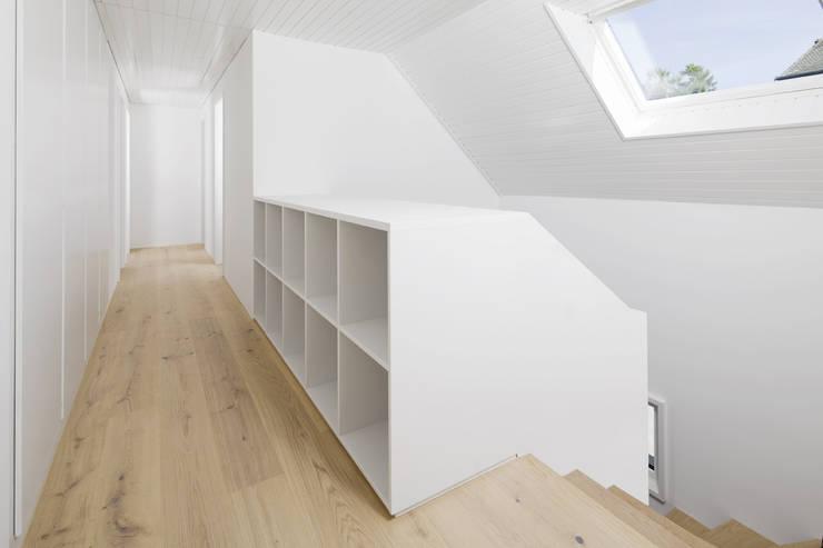 Transformation Maison R: Couloir et hall d'entrée de style  par 2b architectes
