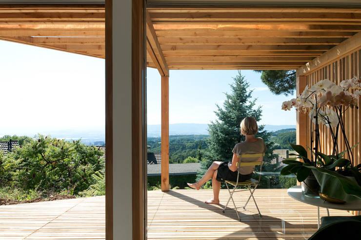 Transformation Villa B: Terrasse de style  par 2b architectes