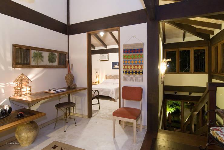 Pasillos y recibidores de estilo  por Mellani Fotografias