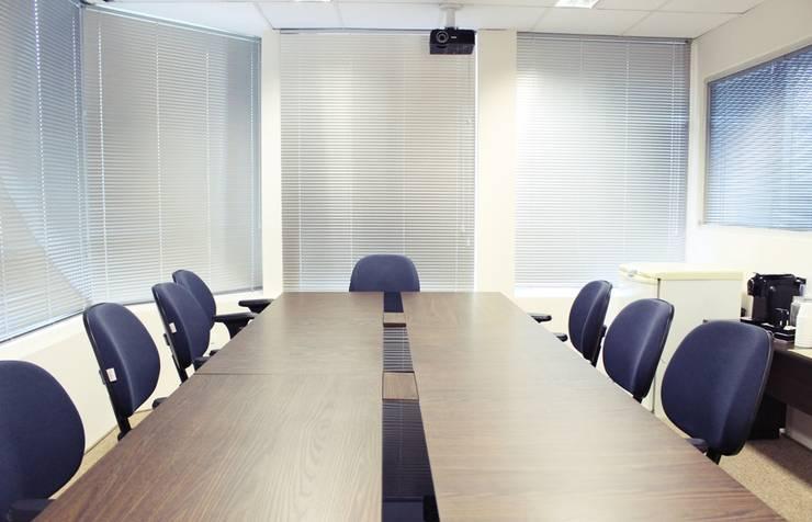 Sala de reunião após a reforma. por É! Arquitetura e Design Minimalista MDF