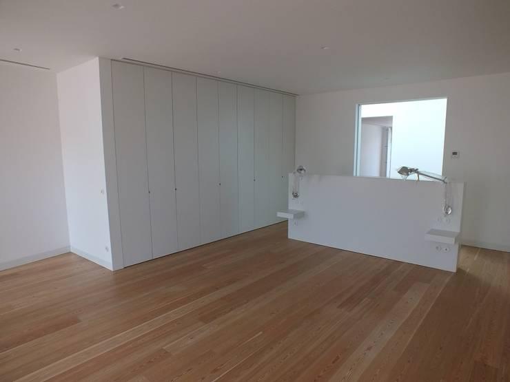 Suite Principal: Quartos  por Belgas Constrói Lda