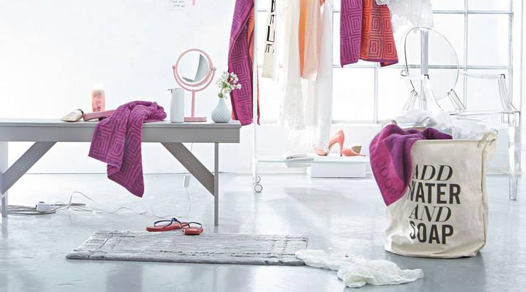 Add Water and Soap Wäschekorb: moderne Badezimmer von Design-Deli