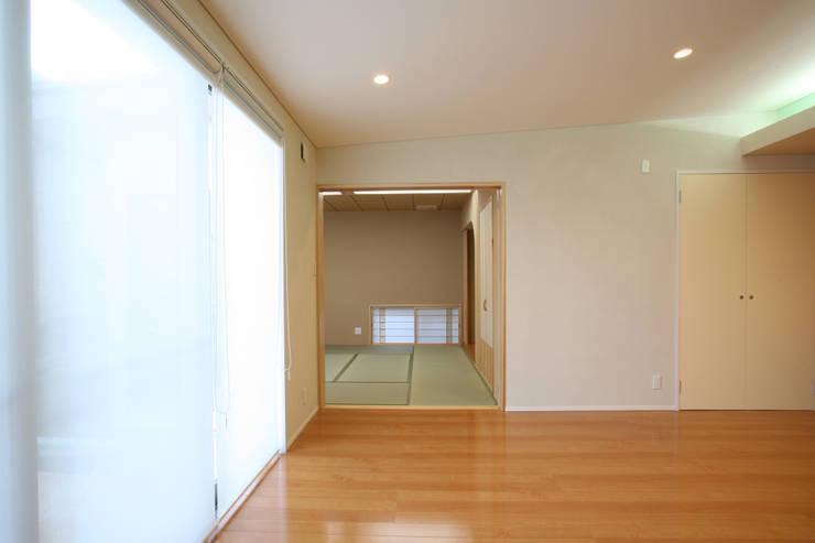 陶器風呂のある家: 吉田設計+アトリエアジュールが手掛けたリビングです。