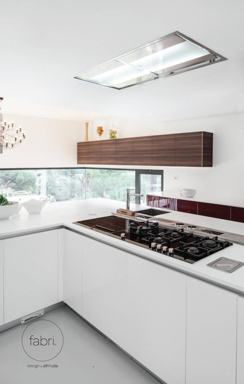 A elegância une-se ao desempenho: Cozinhas  por FABRI