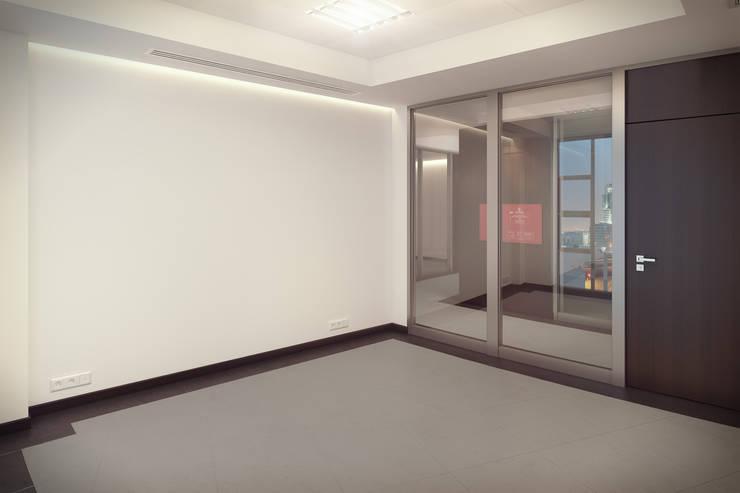 Office interiors - empty room: styl , w kategorii  zaprojektowany przez Kola Studio Architectural Visualisation