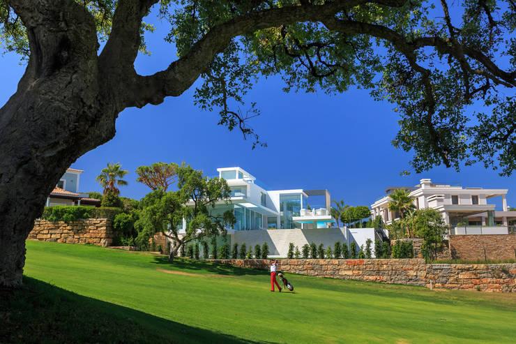view from Golf course: Jardins  por JSH Algarve Arquitectura Lda