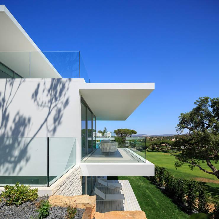 Vale do Lobo 1147: Casas minimalistas por JSH Algarve Arquitectura Lda