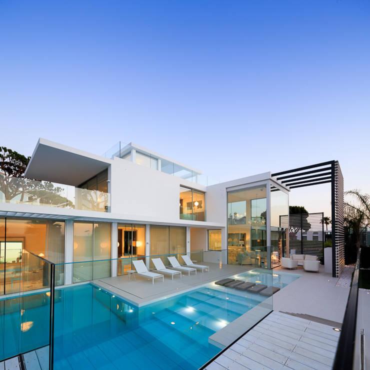 Terraces around the pool: Piscinas  por JSH Algarve Arquitectura Lda