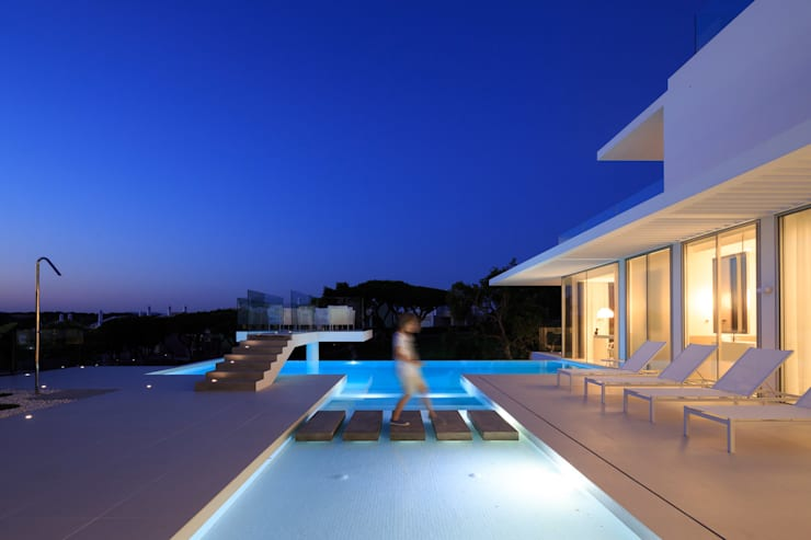night 1: Piscinas minimalistas por JSH Algarve Arquitectura Lda