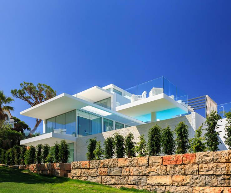 lower garden: Piscinas minimalistas por JSH Algarve Arquitectura Lda