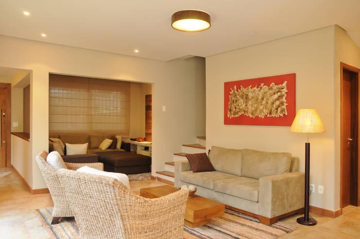 Livings de estilo  por Martins Valente Arquitetura e Interiores