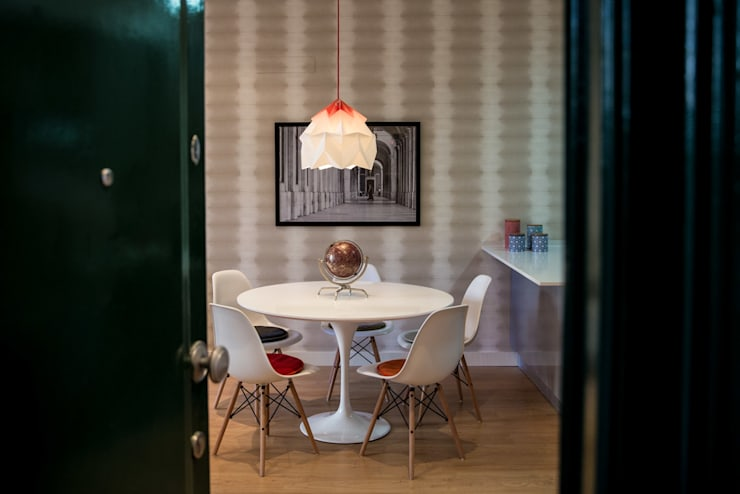 Um look contemporâneo e cosmopolita: Salas de jantar  por Architect Your Home