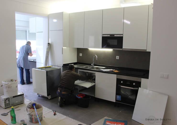 Remodelação de apartamento na Rua Sabino de Sousa - durante a intervenção:   por Esfera de Imagens Lda