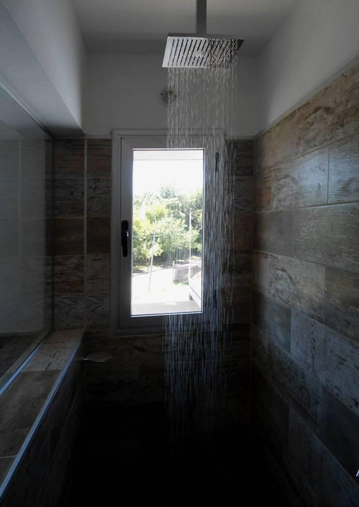 Vivienda DLB – Tejas 2 (proyecto y obra): Pasillos y recibidores de estilo  por ANDA arquitectos,
