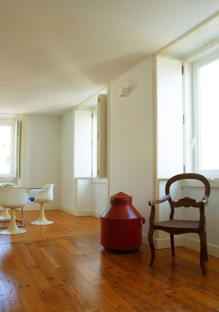 Uma atmosfera moderna num fundo antigo: Salas de jantar  por Architect Your Home